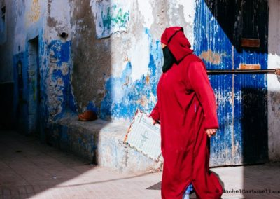 oman-wearing-niqab-and-walking-by-the-streets-of-Essaouira