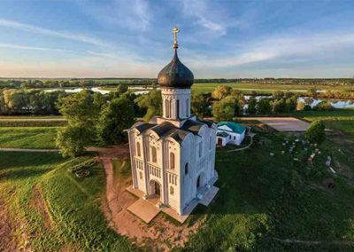 A-una-milla-de-distancia-de-Bogolyubovo-la-famosa-Iglesia-de-la-Intercesión-en-el-Nerl-