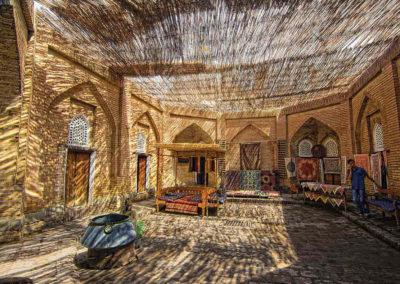 Un-tejado-de-cañas-en-el-centro-de-Tashkent-ofrece-la-sombra-necesaria-para-escoger-sin-prisas-una-alfombra-uzbeka,