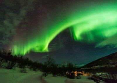 Valle-Polarlichter_und_Huetten_von_
